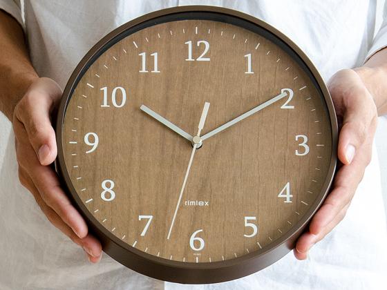 小ぶりな壁掛け時計