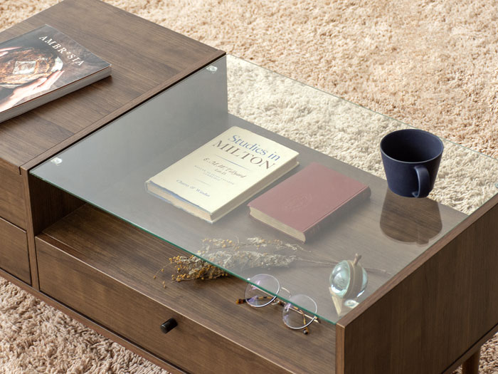 ガラス天板の下は、雑誌や小物をディスプレイ